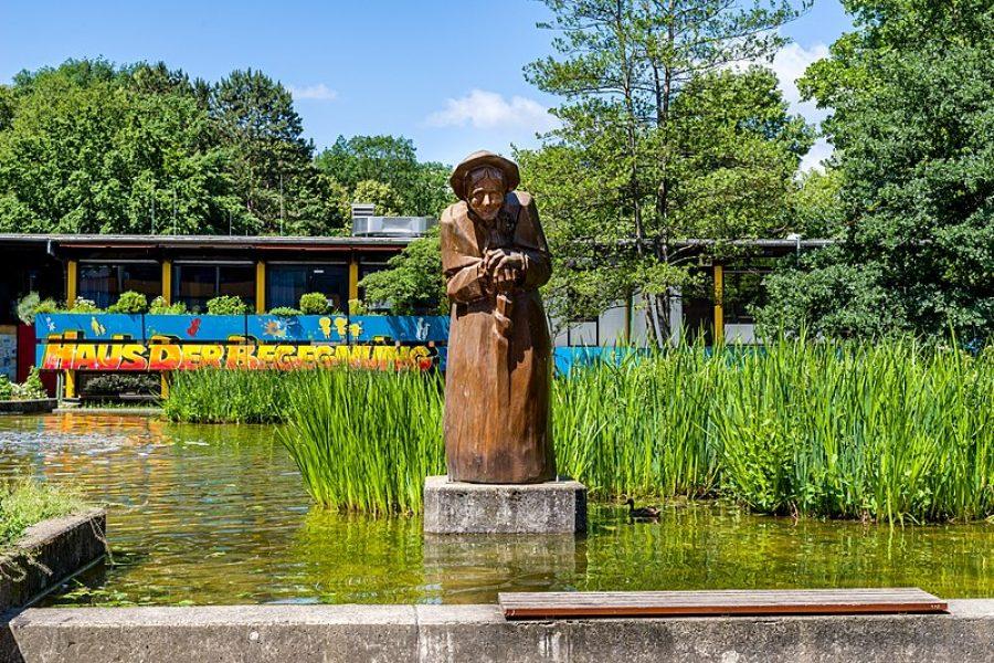 800px-Brunnen_(Landwasser_Freiburg_im_Breisgau)_jm65113